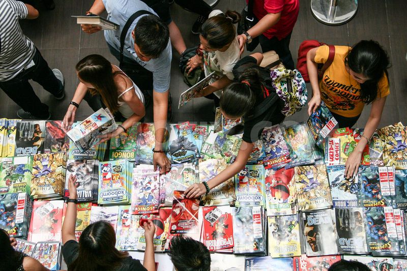 1367657247-thousands-line-up-for-free-comic-book-day-handouts-in-taguig_2020608