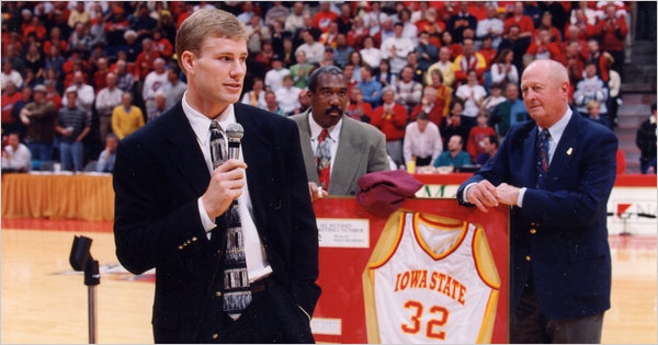 Hoiberg giving a speech as his jersey is retired by Iowa State in 1997. His former coach Johnny Orr stands behind him.