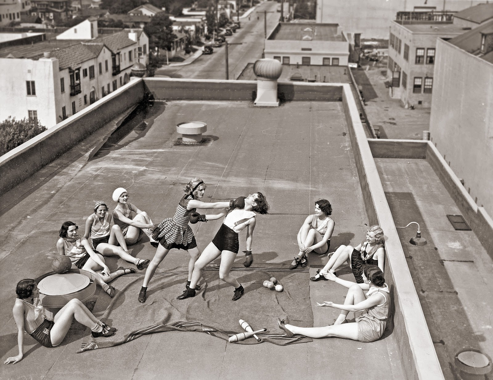 women-boxing-on-rooftop-1938