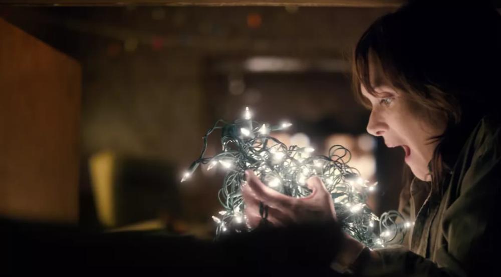 stranger-things-winona-ryder-christmas-lights